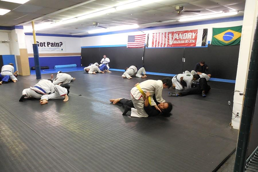 Marcelo+Cruz%27+class+at+Vandry+Brazilian+Jiu+Jitsu.+The+students+team+together+and+practice+fighting+tactics.