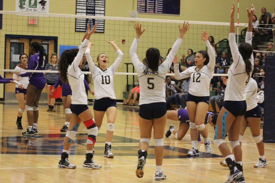 Akins%27+varsity+volleyball+team+celebrates+during+game+against+San+Marcos+Rattlers+on+9%2F23%2F16.