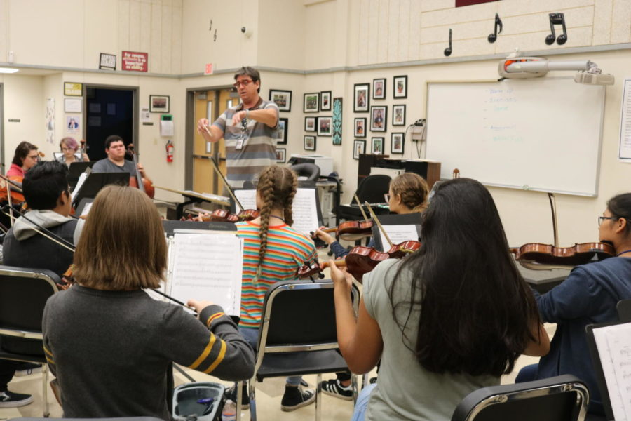 Orchestra+director+Thomas+Mann+leads+his+symphonic+orchestra.+Mann+said+that+he+was+interested+in+increasing+communication+of++fine+arts+programs.