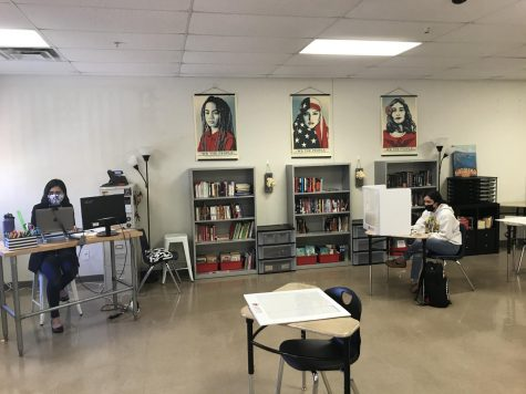 Face to Face & Online- Michelle Gamboa teaches a group of online students and an in-person student during her English 1 class on Nov. 2, which was the first day in which face-to-face instructor started in Austin ISD high schools.